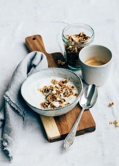 Snelle granola uit de pan met Kefir Fancy granola but nothing at home? You can prepare this quick granola from the pan in 5 minutes. I eat it with Kefir. Breakfast Photography, Food Photography Styling, Food Styling, Cooking Photography, Canon Photography, Creative Photography, White Photography, Family Photography, Travel Photography