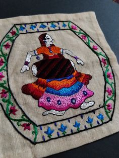Chamba rumal embroidery with silk yarns Phulkari Embroidery, Hand Embroidery Flowers, Flower Embroidery Designs, Indian Embroidery, Hand Embroidery Stitches, Embroidery Patterns, Indian Crafts, Indian Textiles, Textile Art