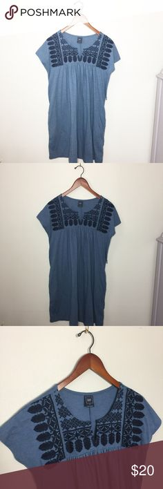 Gap Embroidered Dress. In excellent condition! Can be worn with or without the belt. Easy dress to throw on with some sandals and your out the door! No trades. GAP Dresses