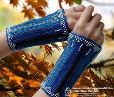 Kék szakaszosan festett fonal + fehér gyöngyök. A gyöngyszegély mintája megegyezik a tegnapival. Ez most egy rövid változat. Kb. 18-20 cm-es csuklókerületre készült (nagy méret). Az anyaga ebben az esetben is 75 % superwash gyapjú, 25 % polyamid. Még vihető. #érmelegítő #lélekmelegítő #wristler Fingerless Gloves, Arm Warmers, Fashion, Fingerless Mitts, Moda, Fashion Styles, Fingerless Mittens, Fashion Illustrations