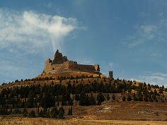 CASTLES OF SPAIN - Castillo de Castrojeriz (s.XIV), Burgos. El castillo jugó un importante papel en la Edad Media durante las luchas civiles entre Alfonso el Batallador y doña Urraca.  En él, estuvo encarcelada Leonor de Castilla, reina de Aragón, hija del rey Fernando IV de Castilla y esposa del rey Alfonso IV de Aragón, y que finalmente sería asesinada por orden de su sobrino Pedro I de Castilla en 1358. Posteriormente fue propiedad de los Lara y los Castro.