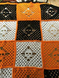 Una gran manta para los amantes del cráneo o para alguien que le gusta decorar para Halloween. Hecho en 100% acrílico de suave en colores negro, blanco y naranja. Medidas 40 X 52.