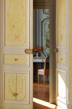 A 40 km de Paris, château du 18è S. avec façades et toiture IMH, douves en eau, parc et jardins à la française, plan d'eau et forêt sur environ 50 ha - châteaux à vendre - ile-de-france - Patrice Besse Châteaux et Demeures de France, agence immobilière spécialisée dans la vente de châteaux, demeures historiques et tout édifice de caractère