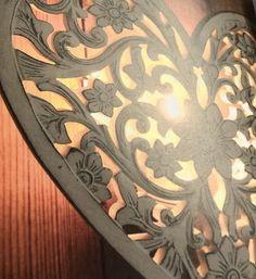 Vit vägglampa hjärta med snidat mönster