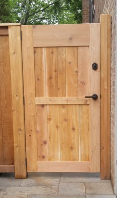 Small Fence, Front Yard Fence, Fenced In Yard, Fence Gate Design, Front Gate Design, Backyard Gates, Backyard Buildings, Wooden Garden Gate, Wooden Gates