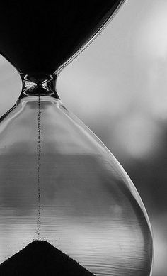 time passing hourglass sand monochrome black and white Sablier temps noir et blanc
