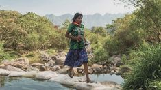 María Lorena Ramírez, a woman from the Tarahumara or Raramuri native community, in Mexico won a ultramarathon, running in a skirt and rubber sandals. Ultra Marathon, Jogging, Ultra Trail, African Grey Parrot, Rubber Sandals, Special People, Trail Running, Running Gear, Chihuahua