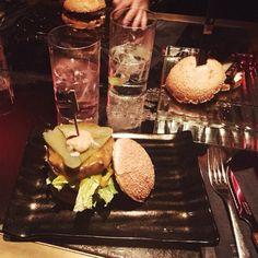 Es sábado y es noche de cenas clandestinas en #BLACK by @albausart #LaRoyale #PacoPérez #Barcelona #GinAndBurger #Burger #Burgers #Gourmet #GourmetBurgers #HamburguesasDeAutor #Hotspot #Style