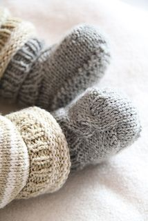 The Italian translation of epipa baby booties is available as Ravelry download, the German original from the designer's blog.