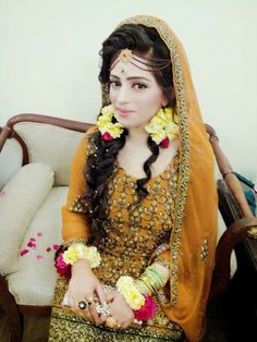 Beautiful Bride with Floral Jewellery Indian Wedding Bride, Pakistani Wedding Outfits, Pakistani Bridal Wear, Bridal Wedding Dresses, Bridal Style, Elegant Bride, Beautiful Bride, Mehndi Hairstyles, Bridal Dupatta
