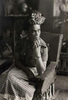 Frida Kahlo, uma das figuras mais marcantes da cultura contemporânea, ganha exposição no Museu Oscar Niemeyer (MON), em Curitiba. A mostra, que começou no dia 17 de julho, reúne 240 fotos do acervo pessoal da artista.  Com registros especiais feitos por dois fotógrafos profissionais de sua família, o pai e avô maternos, a exposição, int...