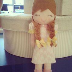Caixa decorada com boneca - feltro.