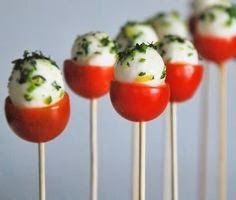 Piruletas italianas - Caprese pops, cherry tomato, baby mozzarella and basil. Could also be yum with pepper dews. Snacks Für Party, Appetizers For Party, Appetizer Recipes, Thanksgiving Appetizers, Appetizer Ideas, Toothpick Appetizers, Thanksgiving Recipes, Thanksgiving Prayer, Thanksgiving Outfit