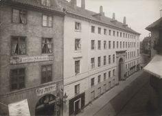 beskrivelse  Kreditering: Københavns Museum   Salomon S. og hustru Hanne Soldins Stiftelse. Stiftelsen, som har facader mod Skindergade - Fiolstræde og Dyrkøb, tråde i virksomhed år 1854, efter at ejendommen, den af staten i årene 1812 - 1815 på den gamle Metropolitanskoles grund opførte 'Kgl. Bygning (også kaldet Trøstens Bolig) for mindre formuende familier, var blevet købt for 42.000 rdl. = 84.000 kr.. Fundatsen er af 17. Januar 1876. Stiftelsen har 29 friboliger og 11 boliger til billig…