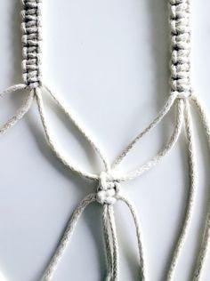Tutorial Porta Macetas de Macramé / DOS CASAS Betty Blue, Arrow Necklace, Crochet, Silver, Jewelry, Vegetables, Crafts, Molde, Painted Pots