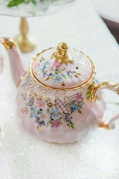 vintage china WedLuxe Magazine Once Upon A Time: A Tale of Fantastical Floral Design Design Floral, Teapots And Cups, Chocolate Pots, Vintage China, Vintage Teapots, Vintage Tea Cups, Vintage Party, Tea Cup Saucer, High Tea