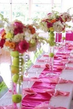 Un bouquet rond, des pommes, un grand vase haut, des perles et cela donne une merveille... ...