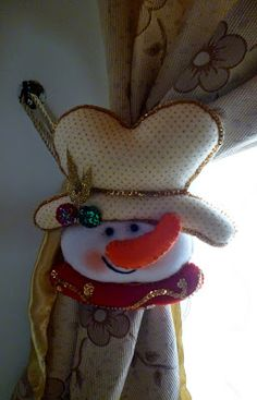 Snowman tie back Christmas Snowman, Christmas 2019, Christmas Holidays, Christmas Wreaths, Christmas Crafts, Christmas Decorations, Christmas Ornaments, Holiday Decor, Christmas Windows