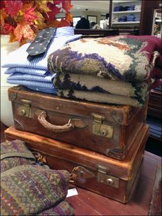 Vintage and particularly vintage valises are an ongoing theme in retail. Possibly it conjures mental images of carefree travel, or… Suitcase, Trunks, Display, Retail, Vintage, Drift Wood, Floor Space, Billboard, Shops