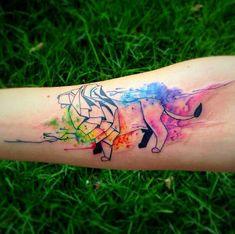 Modèle de tatouage aquarelle d'un lion en origami sur l'avant bras https://tattoo.egrafla.fr/2016/02/12/modeles-tatouage-aquarelle/