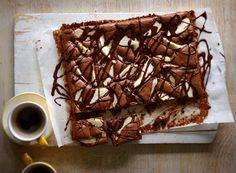 Ein kräftiger Schuss Kaffee, Birnen und Schokosauce on top und ab in den Schokohimmel.
