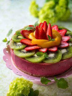 Nyt saa sähkövatkain lepovuoron, sillä tämä pirteä vitamiinipommi pyöräytetään blenderillä! Smoothie-kakku on sitä mitä nimi lupaa: klassisia smoothie-aineksia kakuksi hyydytettynä. Raikkautta löytyy, mutta kaloreissa on pihistelty. Tuhti annos marjoja ja hedelmiä tuo tuulahduksen kesää talven keskelle. Mansikoiden ja banaanin tilalla voit käyttää mitä tahansa marjoja ja hedelmiä. Tee oma