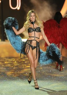 e2734665f91 Doutzen Kroes Photos - Model Doutzen Kroes walks the runway at the 2013 Victoria s  Secret Fashion Show at Lexington Avenue Armory on November 2013 in New ...
