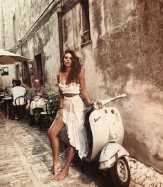 Classy outfit and a Vespa Vespa Girl, Scooter Girl, Mode Outfits, Fashion Outfits, Womens Fashion, Cooler Look, Mode Blog, Jolie Photo, Vacation Outfits