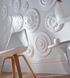Rosace Désir Ø 28 cm - <b>1000 et une rosaces</b><br/>Une décoration murale très personnelle avec des rosaces de la même couleur que le mur. On mixe les tailles et les motifs pour un rendu original. http://www.castorama.fr/store/pages/idees-decoration-jouer-accumulation.html