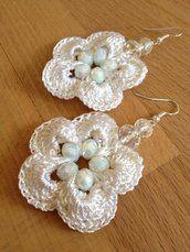 Orecchini ad uncinetto con fiore e pietre di colore bianco