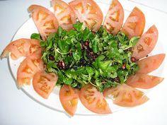 """Ensalada de Canónigos La receta de esta ensalada nos la facilita Carmen, desde Jaén. Deciros que Carmen es una gran cocinera y aún mejor, una gran mujer. Muchas gracias guapa.  Es una ensalada cargada de alimentos antioxidantes y anticáncer. Cumple casi todos los requisitos que debe contener una ensalada """"anticáncer""""... hojas verdes, vegetales de pigmento fuerte (tomate), semillas, algas y como aderezo soja fermentada.   Ingredientes Canónigos. Los granos de una Granada. 1 cucharada de…"""