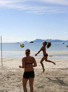 Sandvolleyball på en strand nær Henningsvær er en av aktivitetene Lofoten byr på.