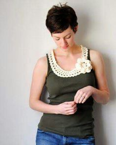 Crocheted neckline edging -- a simple tang becomes something special! ((((Cool crochet ideas to Jillian! Col Crochet, Crochet Fabric, Crochet Collar, Crochet Woman, Crochet Blouse, Crochet Trim, Crochet Patterns, Crochet Edgings, Crochet Ideas