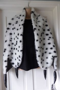 Cruella de ville style dalmation print stole wrap by Scarvestorock Halloween Inspo, Halloween Costumes, Halloween Tricks, Work Appropriate Costumes, Cruella Costume, Cruella Deville, Dress Up Day, Gone Girl, Fur Stole