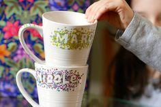 Projet de déco de tasses de céramique au marqueur à base de peinture à l'huile.