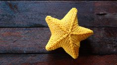 knitting star free pattern step by step with video tutorial Crochet Star Patterns, Crochet Pillow Pattern, Crochet Stars, Christmas Knitting Patterns, Knitting Patterns Free, Free Crochet, Free Pattern, Crochet Christmas Garland, Christmas Crafts