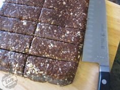 Chocolate Orange Naked Bars: Almonds, Macadamia Nuts, Medjool Dates, Cocoa… Chocolate Orange, Paleo Chocolate, Chocolate Bars, Chocolate Making, Homemade Chocolate, Paleo Sweets, Paleo Dessert, Raw Food Recipes, Snack Recipes