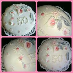 En beställning på en tårta. Vaniljbottnar fylld med vid chokladfluff och hallon och citron. Täckt med sockerpasta. Och dekorationer gjoda av sockerpasta.