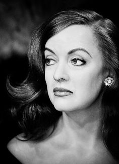 Bette Davis - a stunning photo of a screen legend.she DOES have Bette Davis eyes! Hooray For Hollywood, Hollywood Icons, Old Hollywood Glamour, Golden Age Of Hollywood, Vintage Hollywood, Hollywood Stars, Classic Hollywood, Hollywood Actresses, Divas