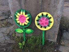 Painting hubcap flowers for East Jacksonville – BLAH-BLAH Diy Garden Projects, Garden Crafts, Garden Art, Garden Ideas, Flower Crafts, Flower Art, Fancy Fence, Yard Art Crafts, Money Making Crafts