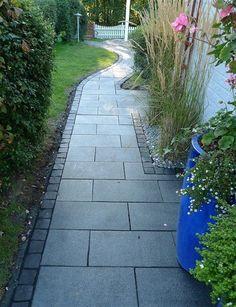 sten i rabatt rak rabatt kanstenar Garden Slabs, Garden Floor, Garden Paving, Garden Stones, Garden Paths, Small Gardens, Outdoor Gardens, Front Path, Outdoor Landscaping