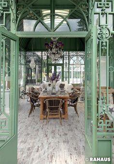 Herzlich Willkommen #Garten #RAHAUS #Pavillon #Stuhl #Geschirr #Blumen #Dekoration #Hocker #Couchtisch #Lüster #Gartenhaus #Kronleuchter #Esstisch  www.rahaus.de