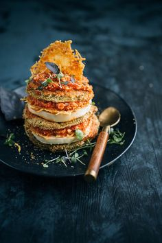 Green Tomato Parmesan Stacks w/ Red Pesto / A seasonal twist on Eggplant Parmesan that replaces the breaded eggplant with firm green tomatoes and wedges it between layers of mozzarella, Parmesan crisps, and red pesto sauce for a delicious meat-free main. Red Pesto, Tomato Pesto, Halloumi, Veggie Cheese, Marinated Vegetables, Parmesan Crisps, Pesto Recipe, Pesto Sauce, Green Tomatoes