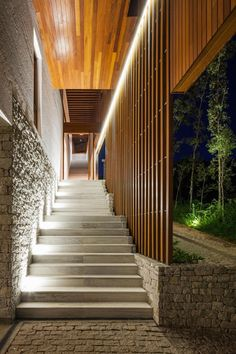 Built by Reinach Mendonça Arquitetos Associados in Bragança Paulista, Brazil with date Images by Nelson Kon. In this holiday and weekend home in Sao Paulo, a steep terrain and a nice view were the main elements defining the lo. Architecture Résidentielle, Tropical Architecture, Design Exterior, Stone Stairs, Exterior Stairs, Stairways, Beautiful Homes, House Design, 10x10 Kitchen