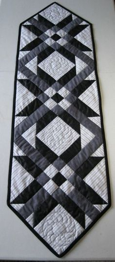 Camino de mesa patchwork en blanco y negro. Table runner black and white.