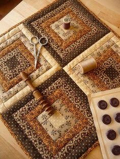 Patchwork Herbstfarben, A New Way to Battle Fatigue About of adults exper Mini Quilts, Scrappy Quilts, Small Quilts, Log Cabin Quilts, Édredons Cabin Log, Log Cabins, Log Cabin Patchwork, Colchas Quilting, Quilting Projects