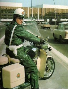 """Der Motorrad Vopo ~~~ """"Und wenn ich mal groß bin, damit Ihr es wißt,  Dann werde ich auch so ein Volkspolizist.  Wir helfen den Menschen, ich bin mit dabei,  Beschütze die Kinder als Volkspolizei!"""""""