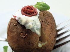 Ranskankermatäytteellä höystettävä uuniperuna on maistuva lisuke esimerkiksi lihalle. Muffin, Breakfast, Desserts, Food, Morning Coffee, Tailgate Desserts, Deserts, Essen, Muffins