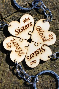 Schlüsselanhänger aus Holz für vier Freundinnen.  Toll als Geschenk Sisters By Heart, Shops, Heart Charm, Charmed, Bracelets, Jewelry, Craft, Ideas, Laser Engraving