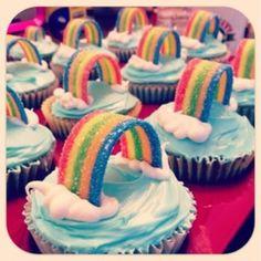 Zo schattig, simpele cupcakes (gewoon in de winkel kopen, Euroshoppertjes), blauwe glazuur, witte creme, en een regenboog zure mat erin. Toppers!